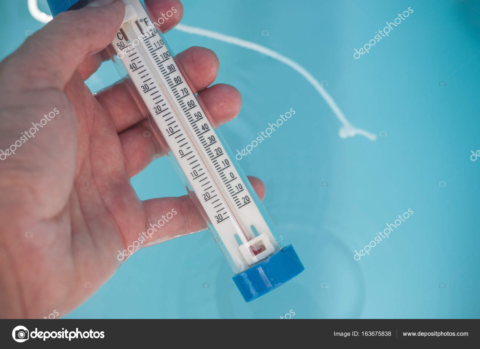 Swimming pool thermometer in hand in border swimming — Stock ...