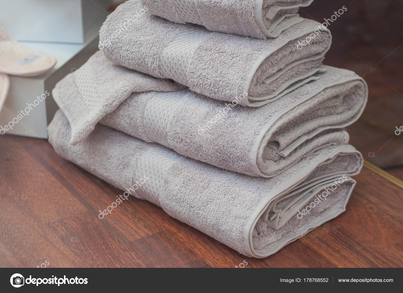 Asciugamani da bagno grigio pelo nellarchivio u2014 foto stock