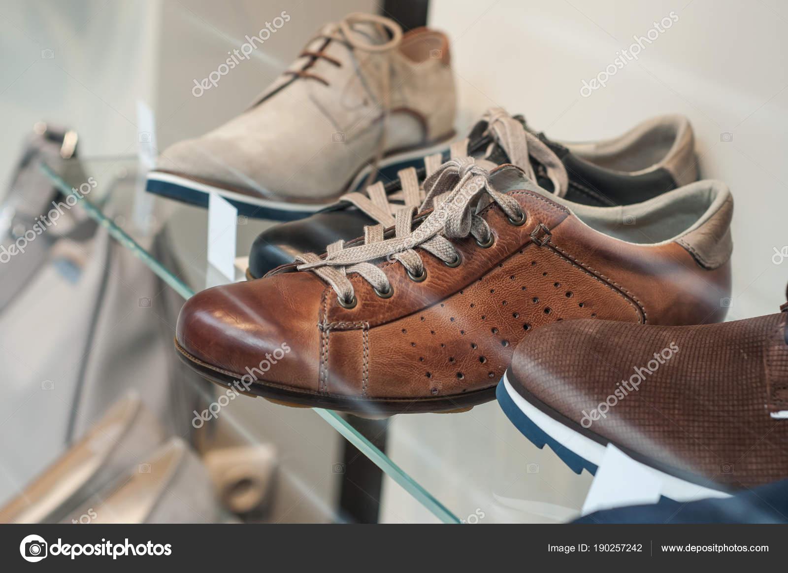 50c522037 Closeup clásica de zapatos de cuero para hombres de moda tienda showroom —  Foto de ...