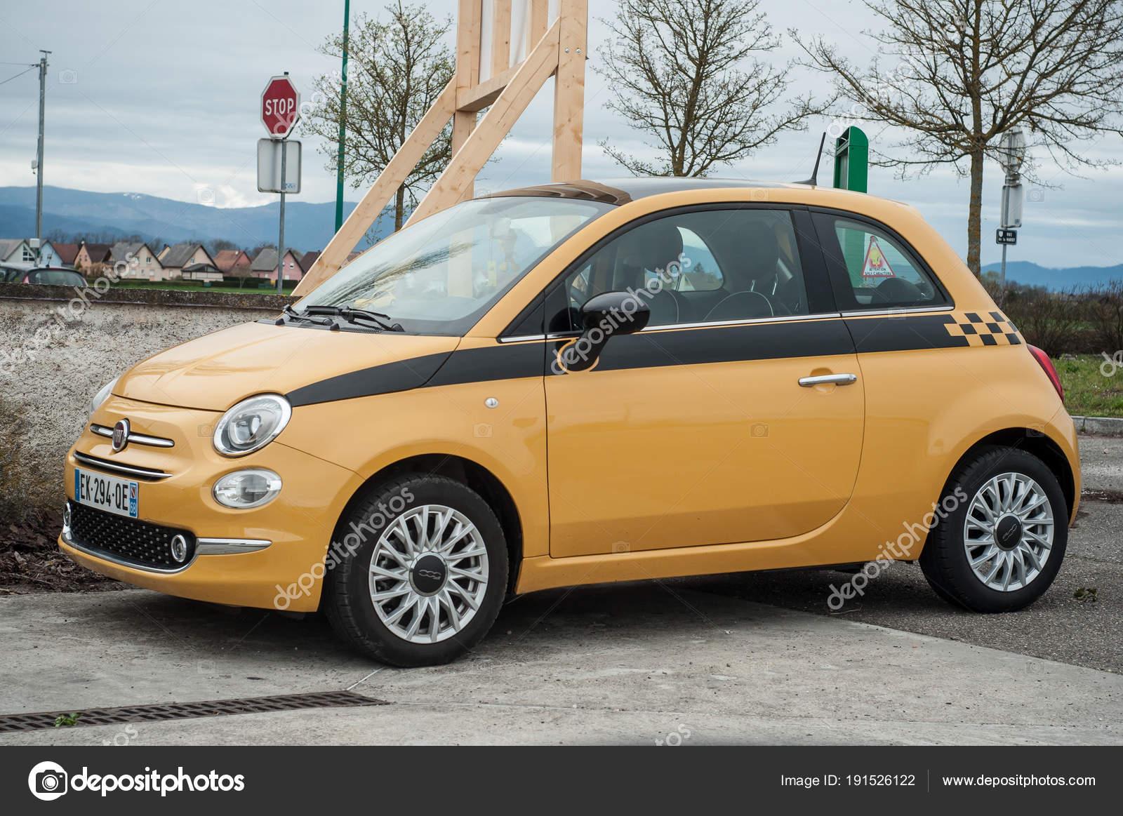 Oryginał Żółty fiat 500 zaparkowany na wiejskiej drodze - Zdjęcie stockowe LA06