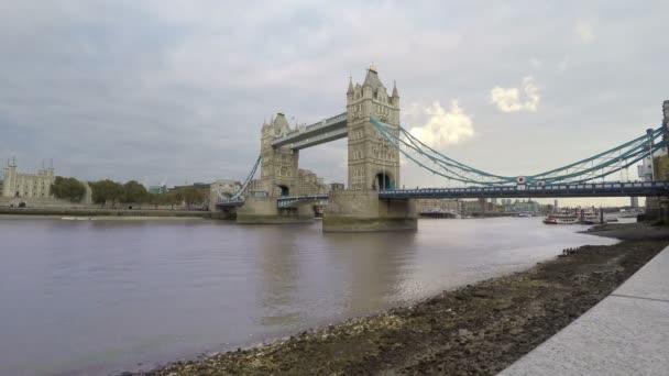 Tower Bridge a řeku Temži, Londýn, časová prodleva, 4k