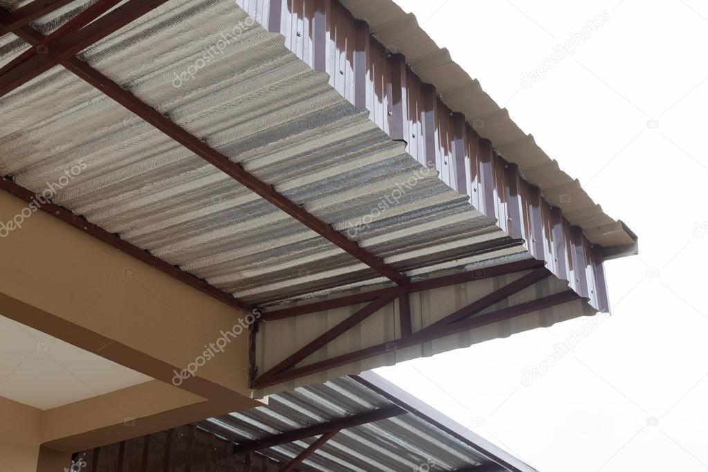 Lamina dargento isolamento termico sulla casa del tetto del