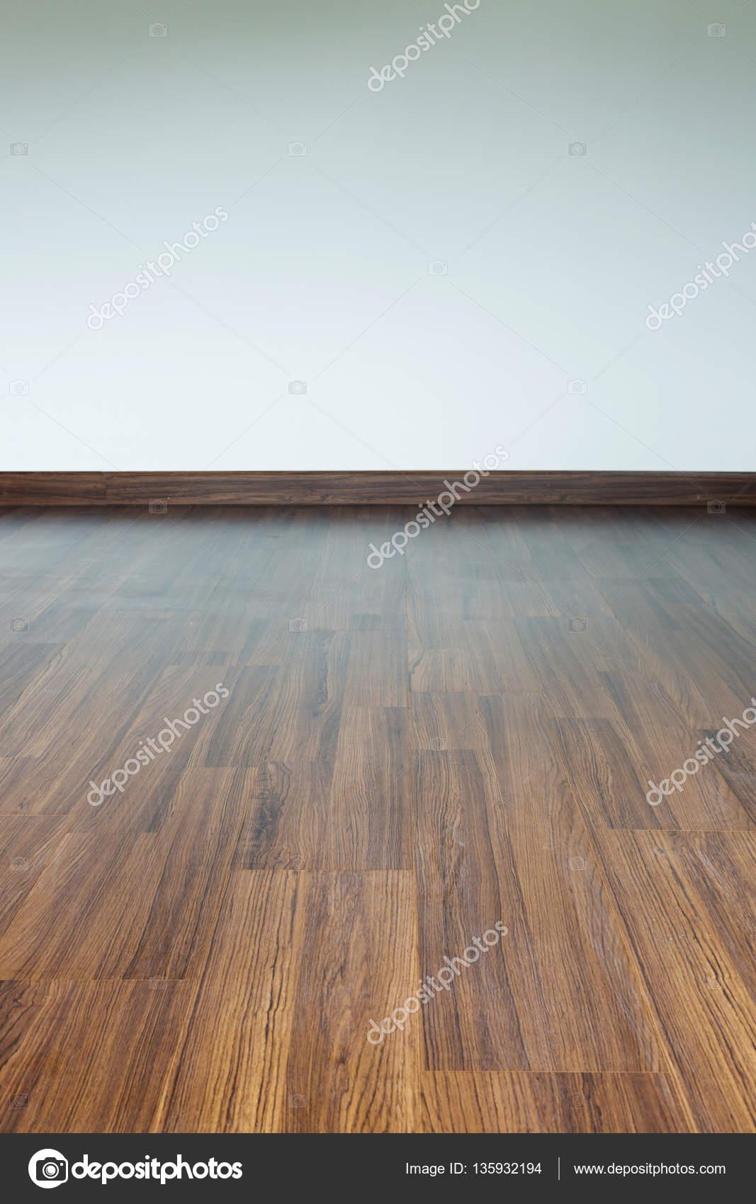 leeren raum interieur braune holz laminatboden und weien mrtel stockfoto - Hartholz Oder Laminatboden