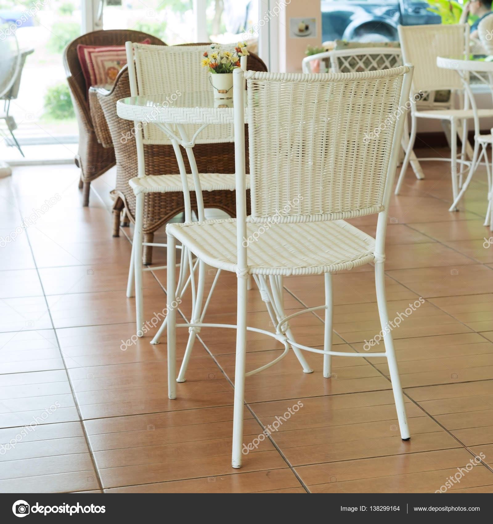 Innendekoration-Café mit weißen Stuhl und Tisch vintage — Stockfoto ...