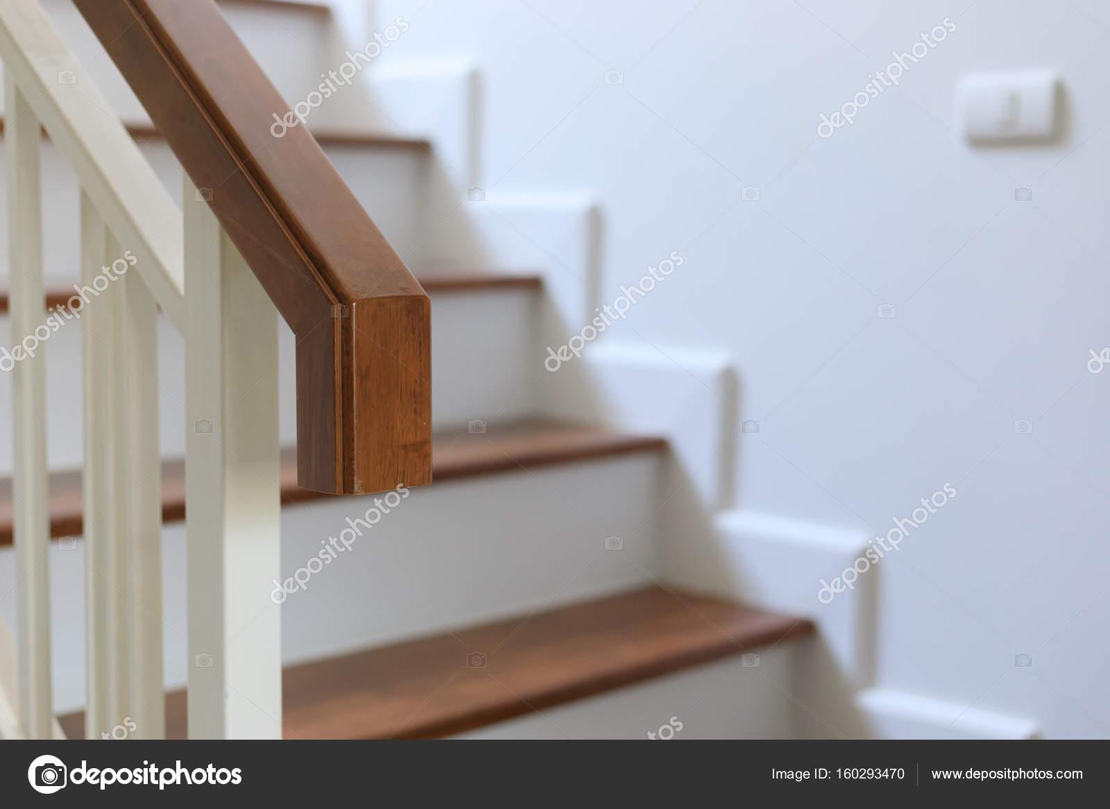 brun bois rampe sur lescalier design dintrieur de maison moderne blanche image de sutichak