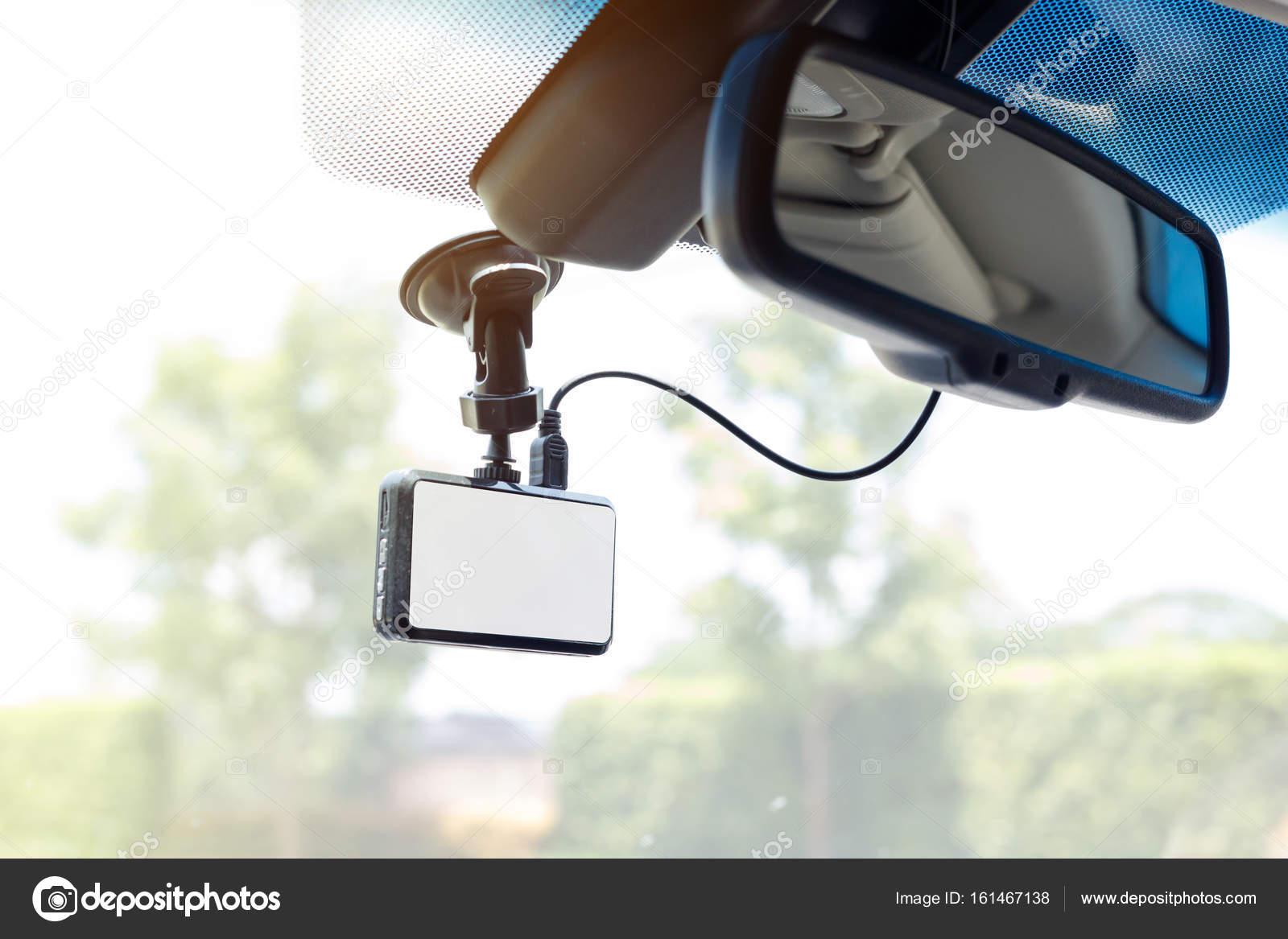 Крупным планом видео рекордер автомобиля в автомобиле — стоковое.