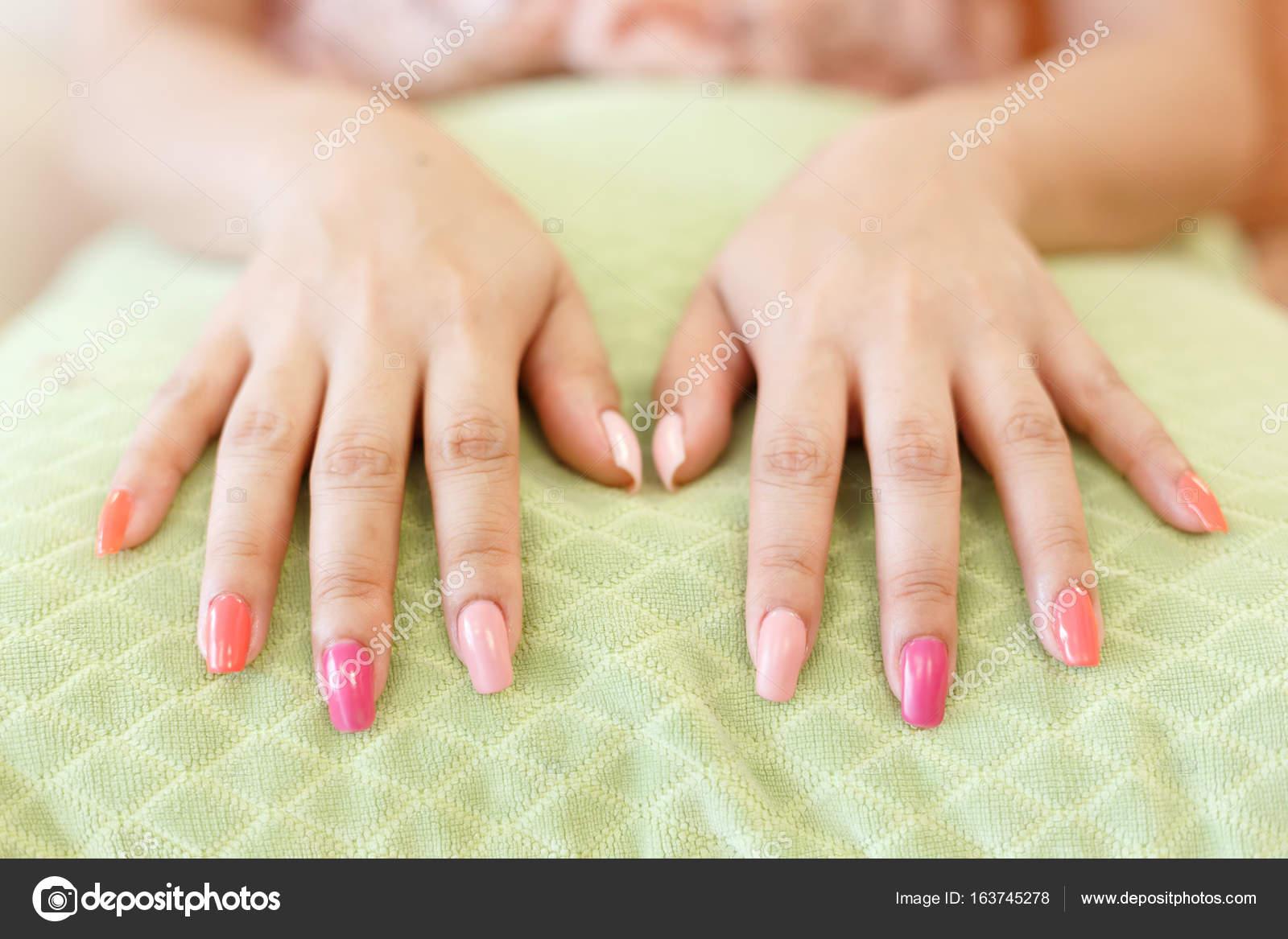 hermosas uñas manicure uñas acrílico de mujer — Foto de stock ...