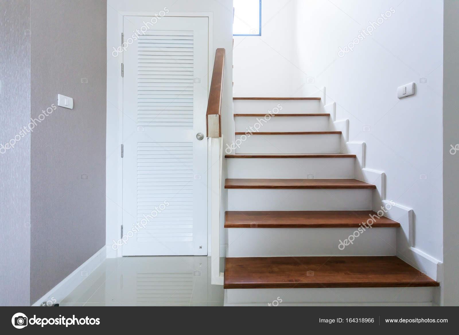 In hedendaagse wit modern huis met houten trap u stockfoto