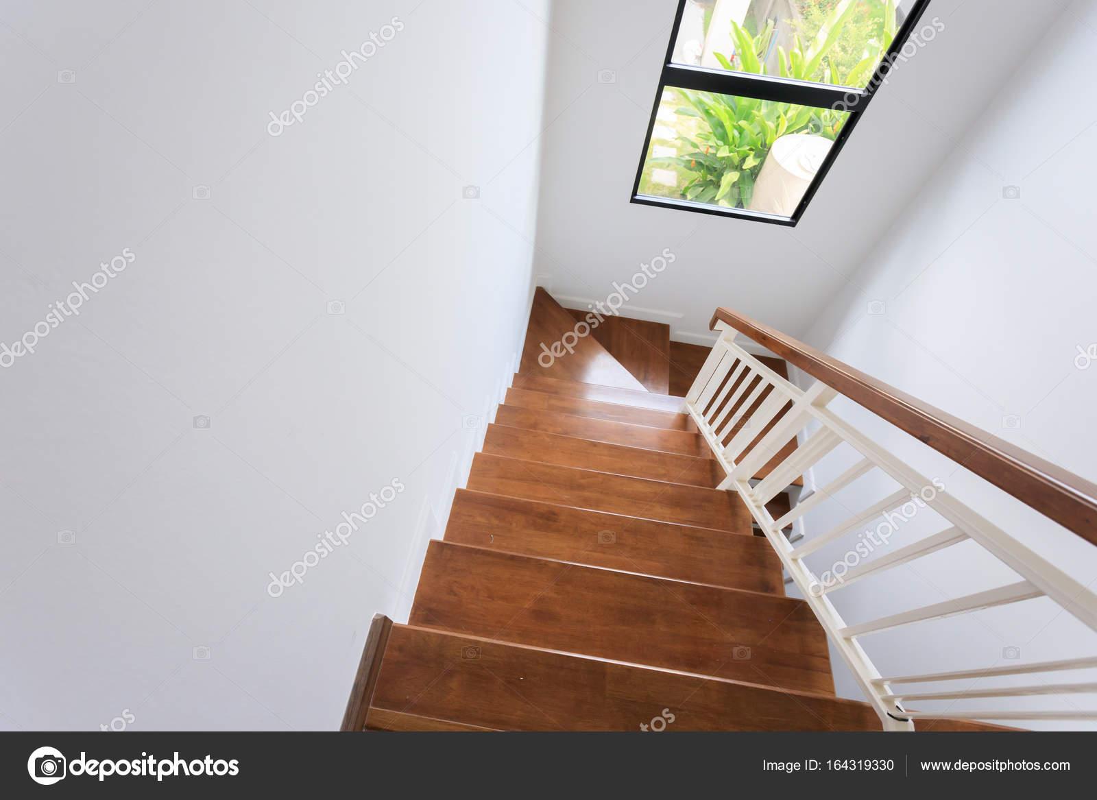 escalier en bois à l\'intérieur de la maison moderne blanche ...