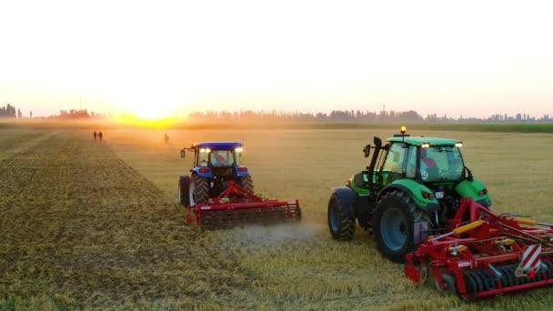 zemědělské stroje a traktory pracující na poli a obdělávání půdy, obdělávání ze dne na den