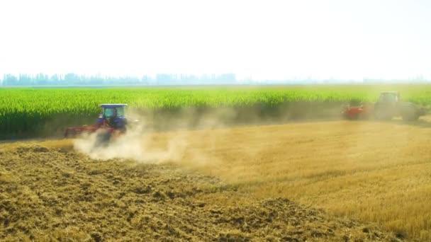 Letecký pohled na zemědělské stroje pracující na širokých pláních a polích v létě