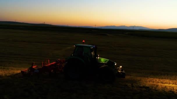 traktor a zemědělské stroje pracují v noci