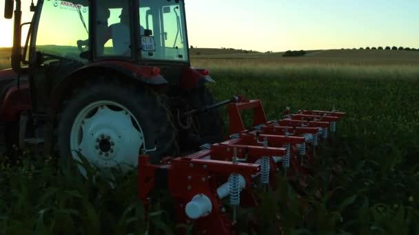 Zemědělské stroje pracující na poli, drancování, obdělávání, orání