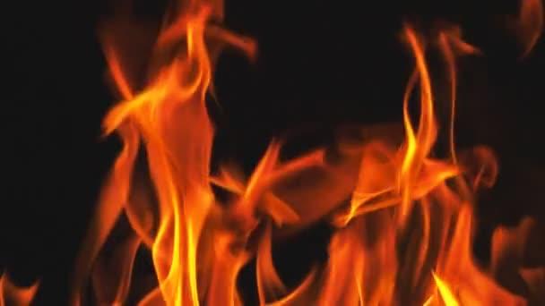 Oheň plameny v super zpomaleném filmu izolované na černé.