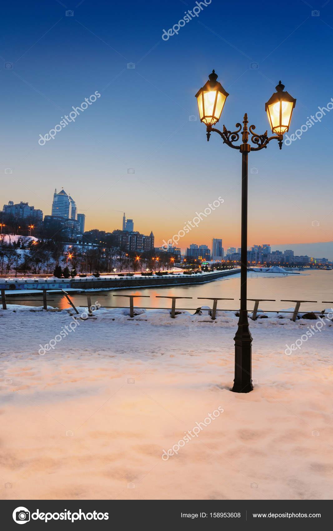 Красивые исторические уличные фонари на дворце придают квадратную ... | 1700x1067
