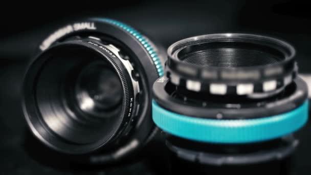 Ritka Vintage Kowa objektívek közelsége korszerű kék fókuszáló fogaskerekekkel.