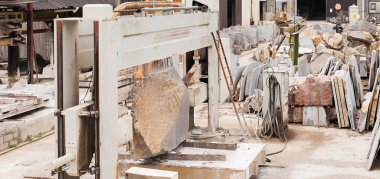 Plant for cutting stone blocks into slabs for the construction i