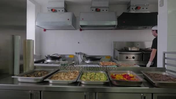 Kuchař vaření v kuchyni v restauraci. Restaurace kuchyně, kuchař vaření potravin, člověče jako profesionální kuchař v práci
