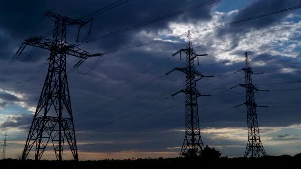 Strommast bei stürmischem Himmel