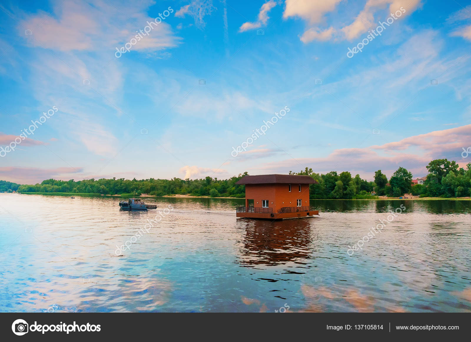 Tugboat towing house by river, Dnieper, Kiev, Ukraine — Stock Photo