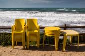 Sárga székek és asztalok és tenger