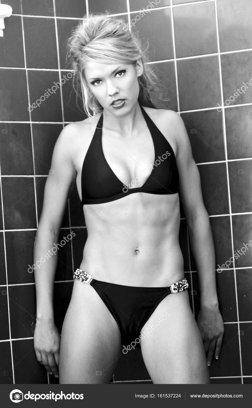 topless-vozle-basseyna