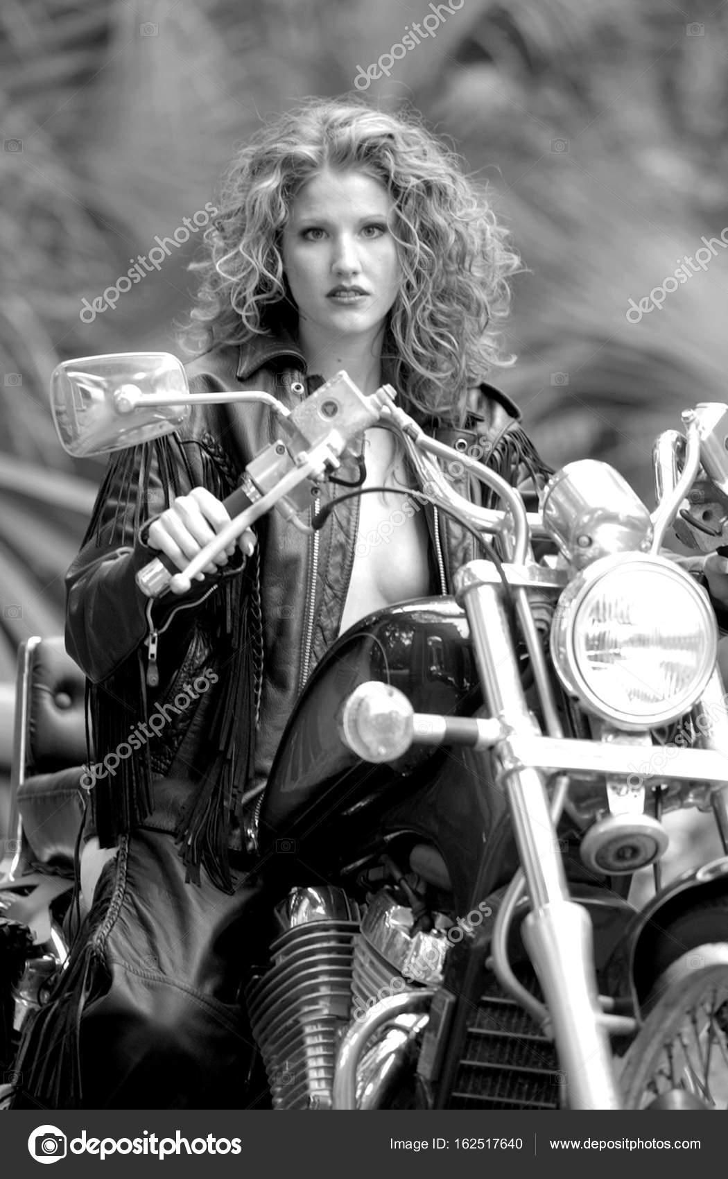 b6087308daee2 Chica pelirroja Biker en chaqueta de cuero — Fotos de Stock ...