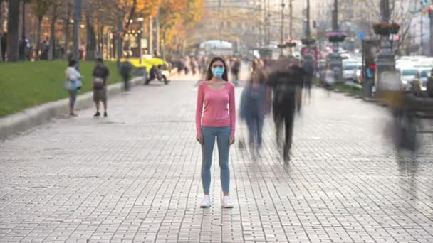 Žena s maskou lékařského obličeje stojí v přeplněném městě. časový limit
