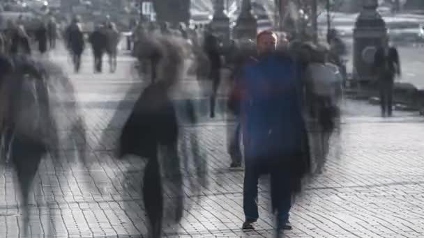 A férfi a városi zsúfolt patak közepén áll. időeltolódás