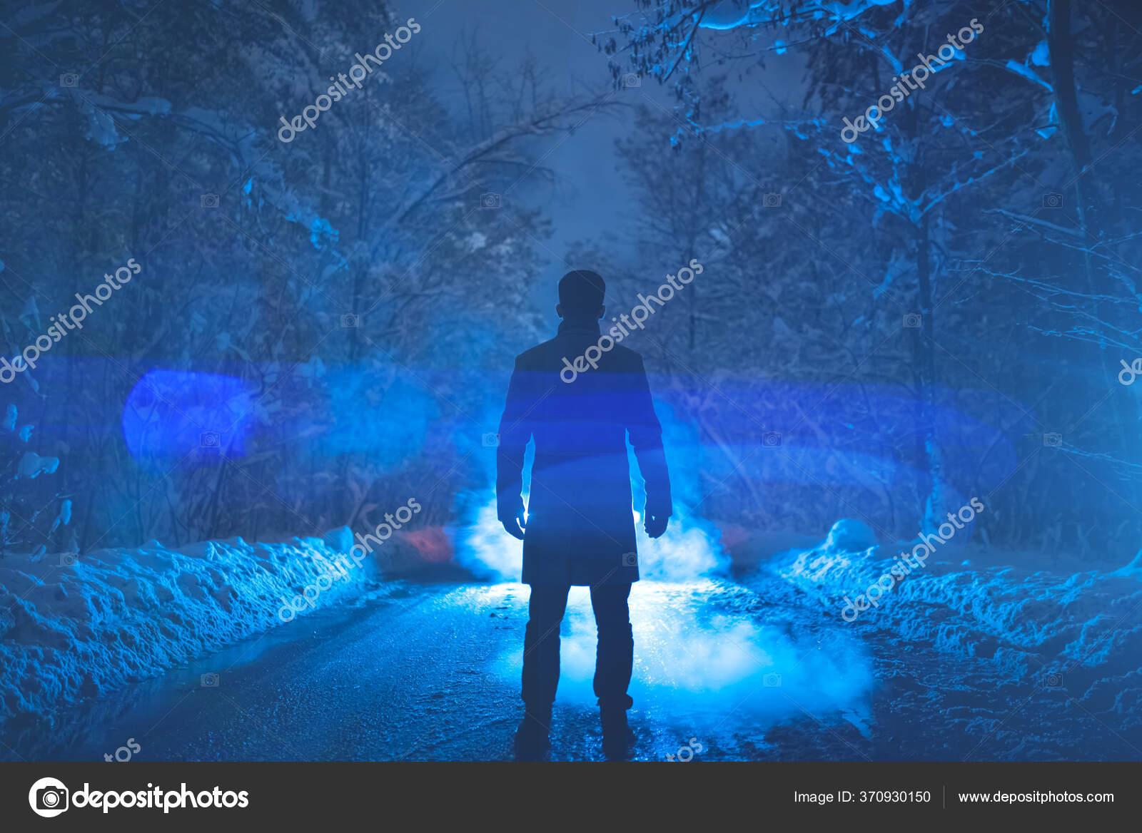 Pria Itu Berdiri Jalan Bersalju Dengan Latar Belakang Asap Waktu — Stok  Foto © DPimage #370930150