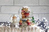 Vánoční sněhové koule s santa claus uvnitř a věnec světel
