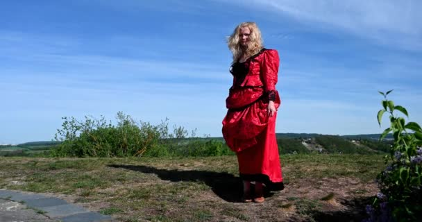 Dame im roten Kostüm als Marienkäfer mittleren Alters posiert für die Kamera