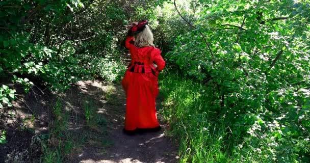 szőke nő piros történelmi jelmezben régimódi keres a titkos ablakban