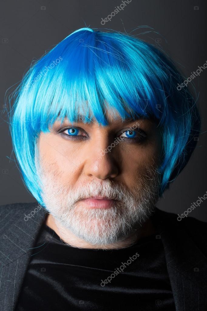 Homme à perruque bleu sur fond gris — Photographie