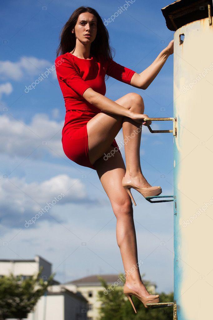 девушка в мини юбке поднимается по лестнице смотреть тому отменный минет