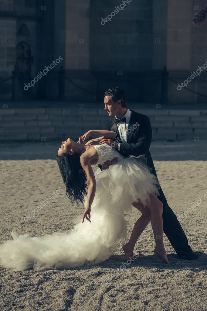 Сексуальные танцы от молодоженов