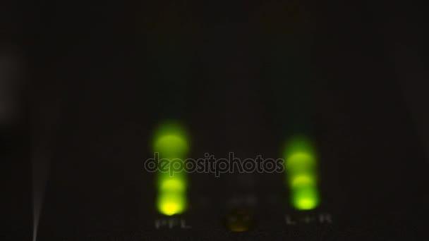Disco spektrum světla koncert bodové žárovky. pohyb na pozadí v zelené barvy, zářící světla, energie vln a jiskřivé částečky