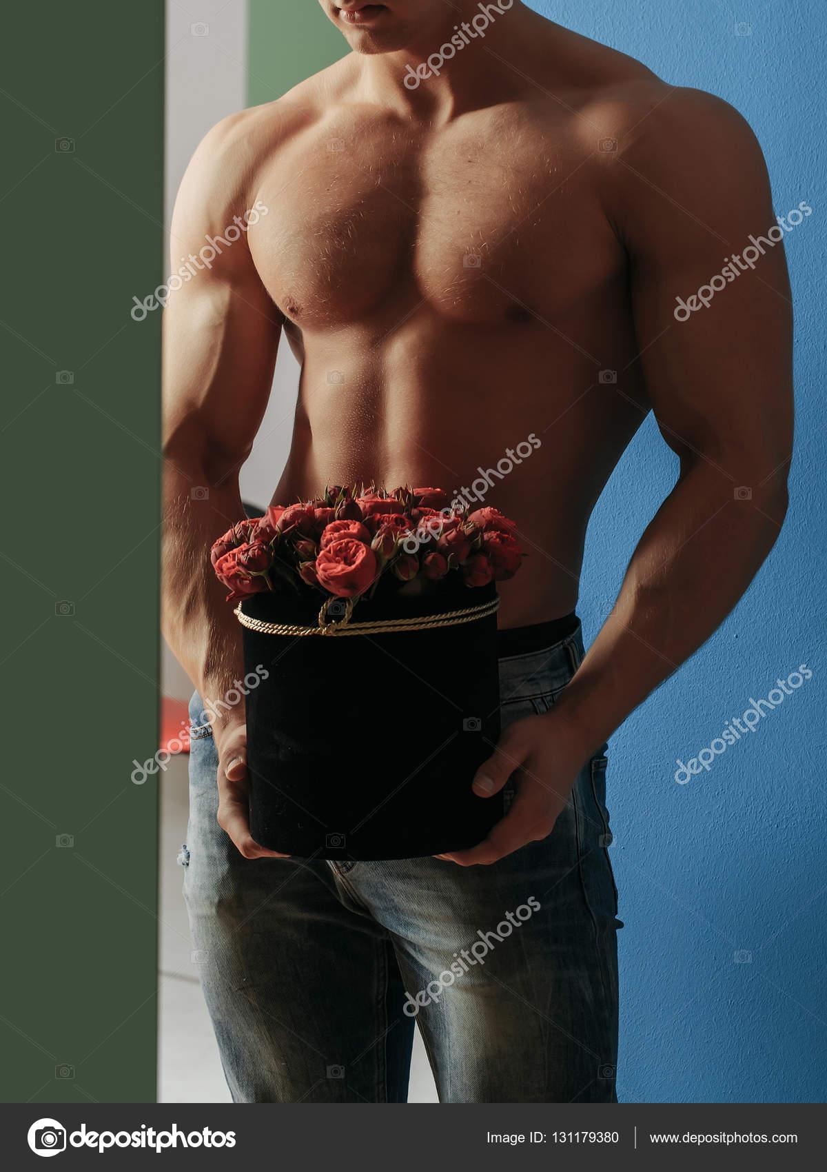 rot-sadovnik-i-golaya-zhena-fallos-porno