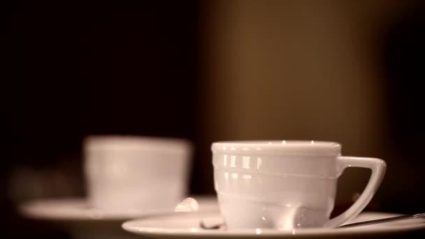 Dejte lžíci dva šálky čaje