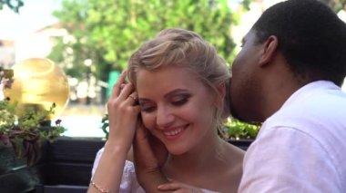 Černý muž žádá, oženit se svou přítelkyní šťastný bílá, řízení datum sňatku