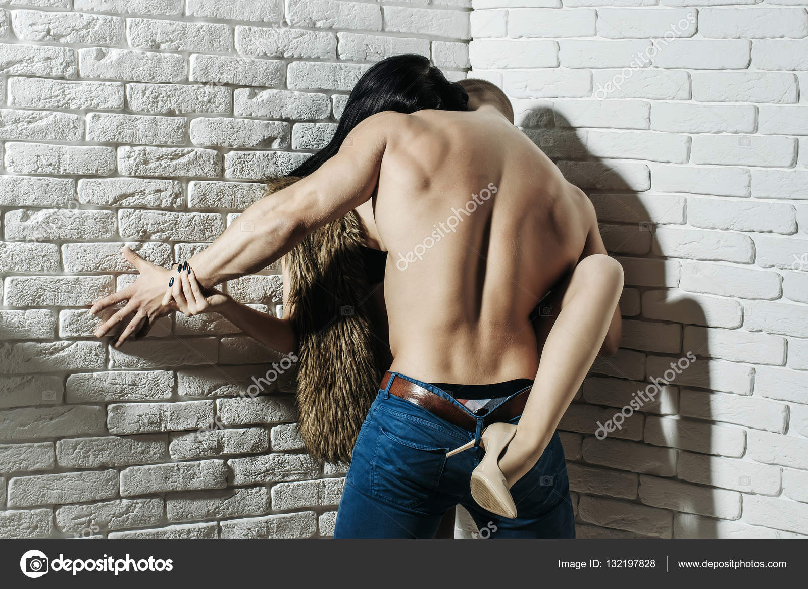 Сильный парень и хрупкая девушка секс видео где