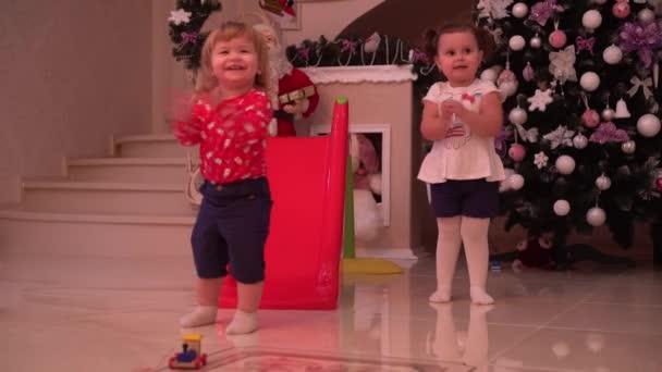 Glückliche Weihnachtszeit für zwei Kinder