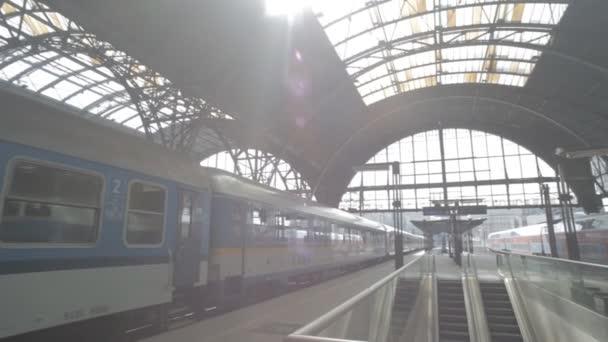 Praha, Česká republika - březen 2016: Vlak dorazí na hlavním vlakovém nádraží v Praze