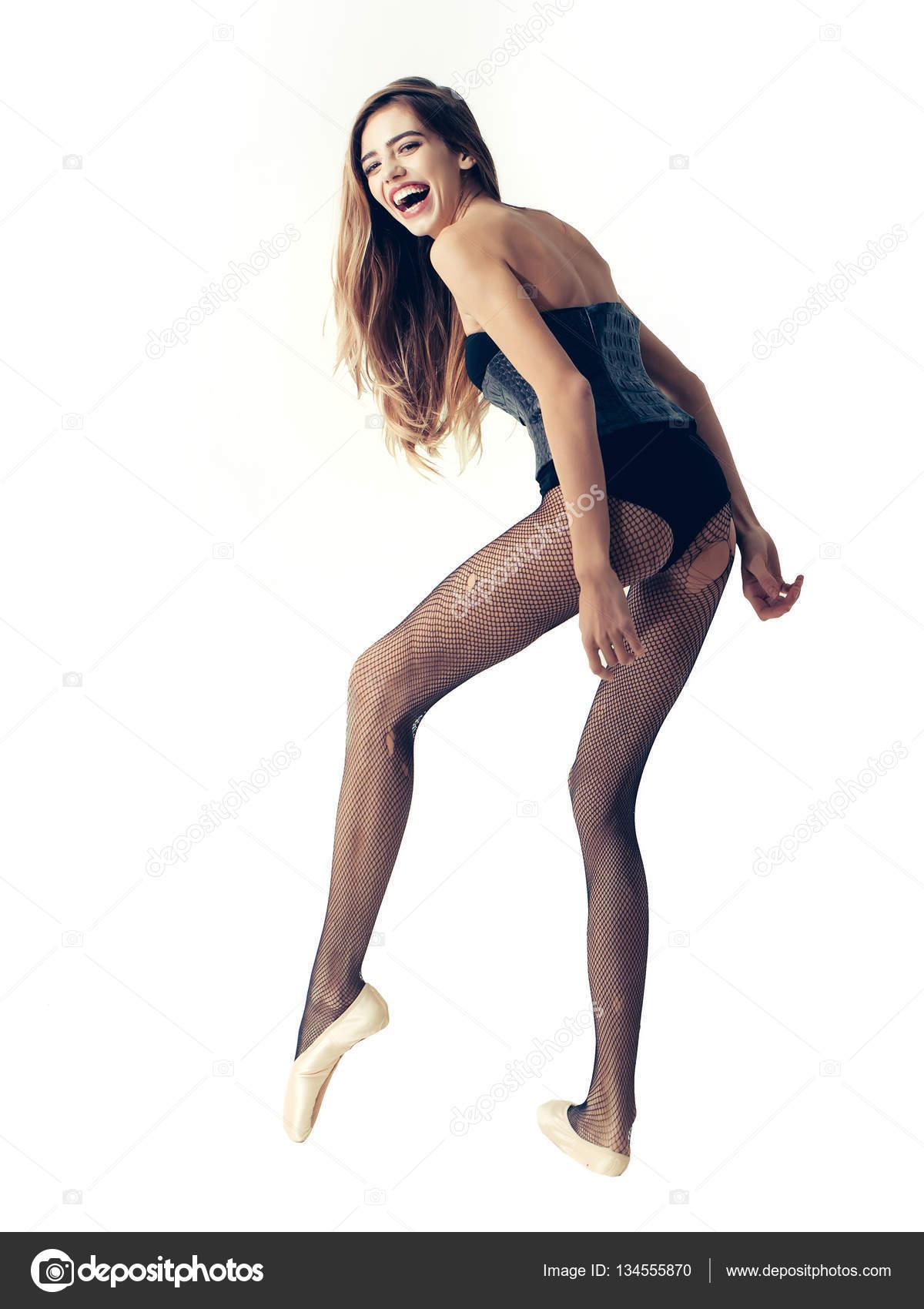 6de68e5980 Szép szexi lány táncos fiatal aranyos boldog nő balerina hosszú haj és a  lábak fekete necc harisnya pointe cipők és a divatos bőr combidress vagy a  test ...