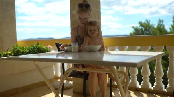 Sommerküche Essen Und Trinken : Niedliche kleine kind milch zu trinken blonde lockige