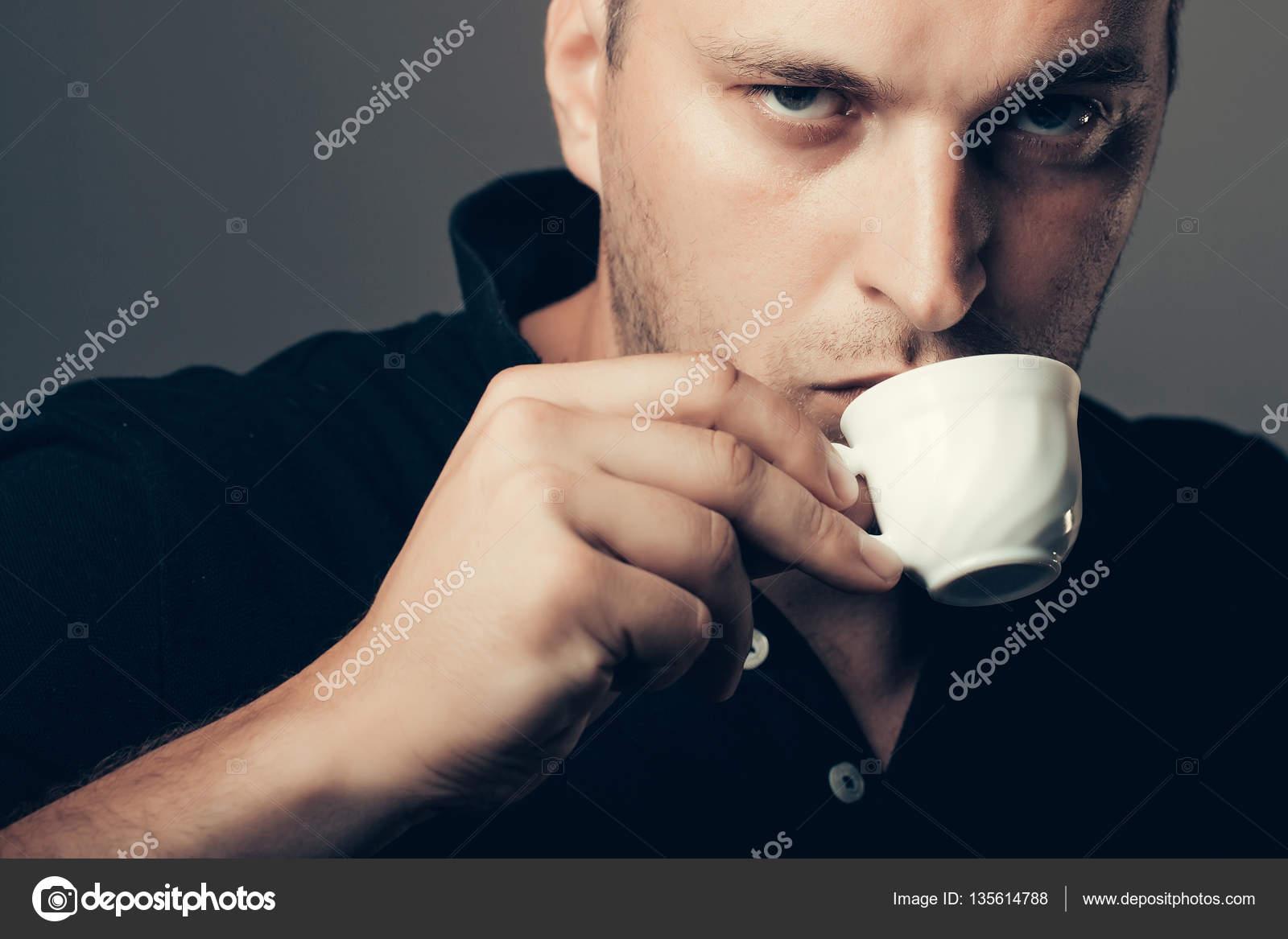 7f0e22ba8 Hombre guapo tomando cafe | hombre guapo sexy tomando café — Foto de ...