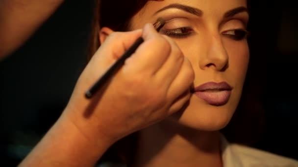 Make Up Stoel : Afwerking voor de perfecte make up glamour meisje met een avond