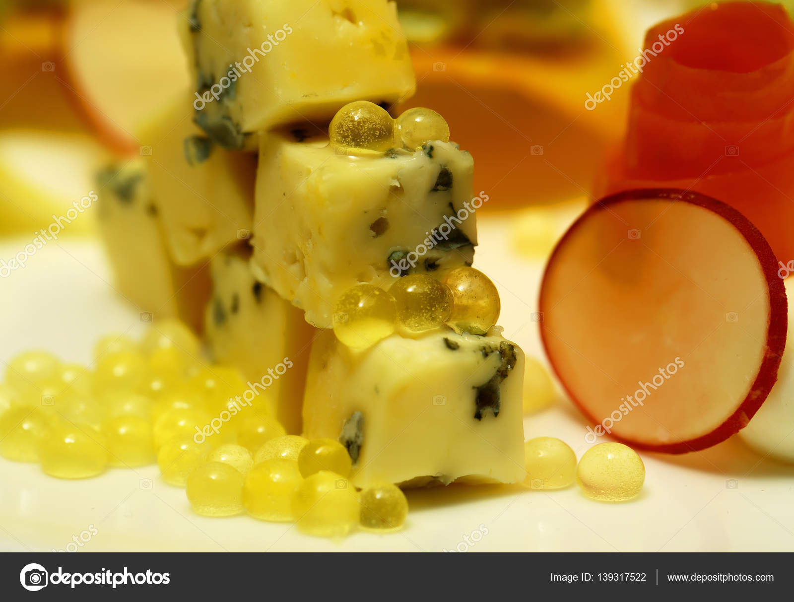 Carotte Bleue destiné fromage en dés avec de la moisissure bleue — photographie tverdohlib