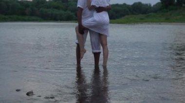 Картинки мужчина и женщина ласкают друг друга в воде фото 646-5