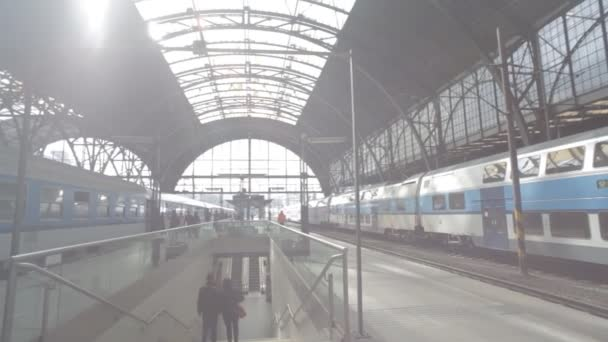 Praha, Česká republika - březen 2016: České dráhy dorazí na hlavním nádraží v Praze